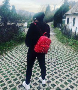 červený lakovaný batoh