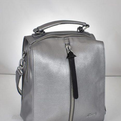 Štýlový praktický ruksak vo výraznej striebornej farbe. Ruksak môžete nosiť aj ako kabelku