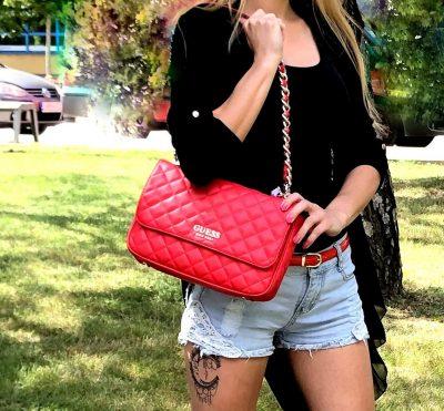 kabelky dámske od značky guess s retiazkovými ušami červené