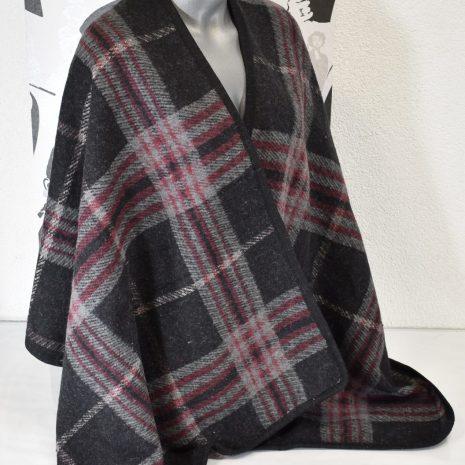 Praktické, teplé dámske pončo v šedo čiernej farbe s kockovaným vzorom