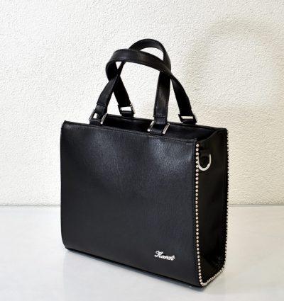 Dámska kabelka v čiernej farbe so zdobením