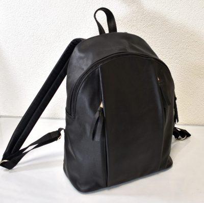 Športovo elegantný kožený batoh v čiernej farbe vhodný pre pánov aj dámy
