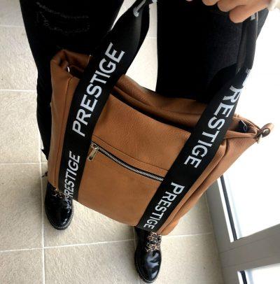 Športovo elegantná dámska taška na rameno v hnedej farbe
