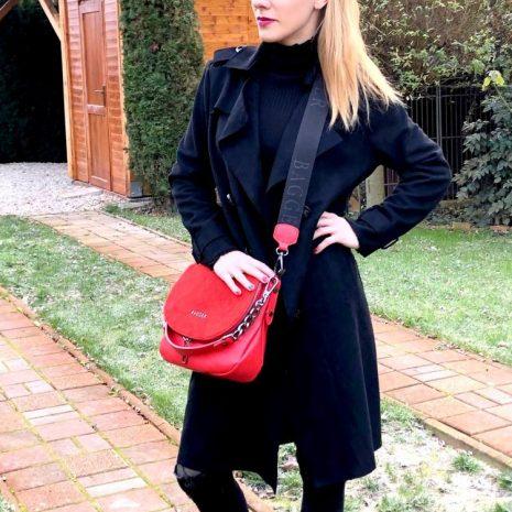Športovo elegantná crossbody kabelka v kombinácii s brúsenou kožou v krásnej červenej farbe