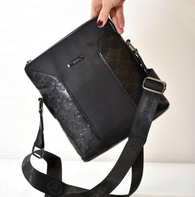 Športovo elegantná, pánska kabelka s nastaviteľným ramienkom.