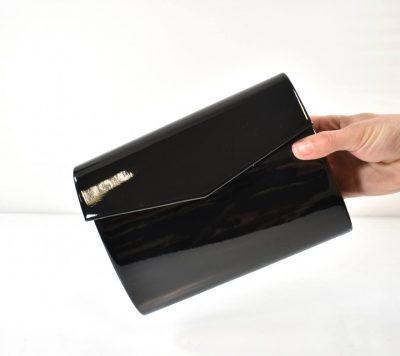 Elegantná večerná kabelka v čiernej farbe s lakovaným povrchom a prídavným ramienkom
