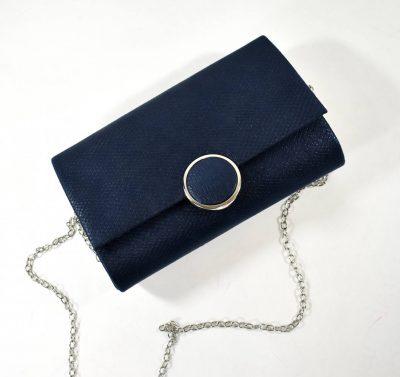 Večerná dámska kabelka v modrej farbe s retiazkovým ramienkom a striebornou ozdobou