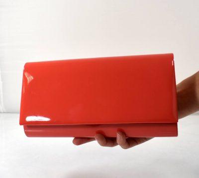 Elegantná kabelka na rôzne spoločenské udalosti v krásnej lososovej farbe s lakovaným povrchom