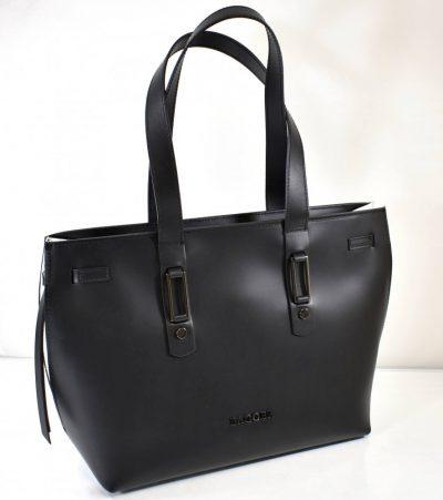 Väčšia dámska kabelka na rameno s dvomi ušami v čiernej farbe s hladkým, matným povrchom