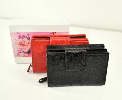 Kožená peňaženka v čiernej farbe so zdobením (ornamentmi) v strednej veľkosti