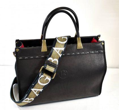 Dámska kabelka v čiernej farbe so štýlovým prídavným látkovým ramienkom na pohodlné nosenie na ramene