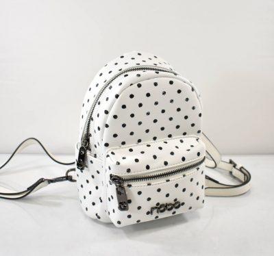 Štýlový, športovo elegantný mini batoh v bodkovom prevedení, vhodný aj pre menšie slečny.