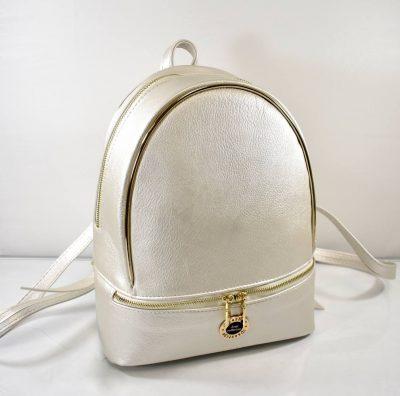 Športovo elegantná dámsky ruksak v jemne zlatej farbe so štýlovým zlatým lemom