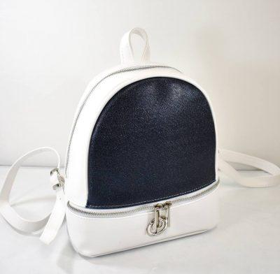 Športovo elegantný batoh v bielej farbe s modrým predkom a strieborným kovaním