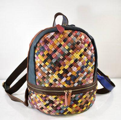 Športovo elegantný dámsky ruksak s farebnými kúskami kože