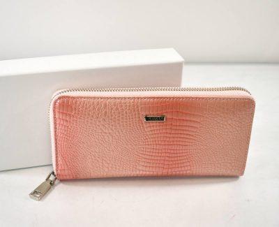 Elegantná vzorová peňaženka v ružovo pudrovej farbe so zipsom Vhodná do stredných a veľkých kabeliek.