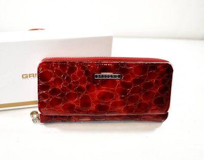Elegantná dámska peňaženka so zdobeným, lakovaným povrchom v krásnej červenej farbe
