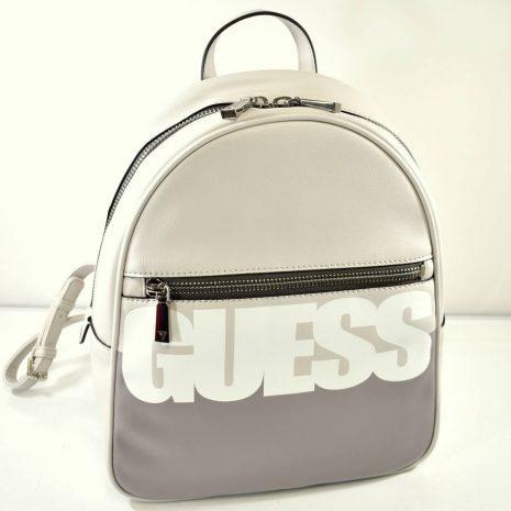 Dámsky batoh od značky Guess s nápisom. Vhodný na dovolenky, výlety, rôzne akcie ale aj na bežný deň napríklad do práce či školy.
