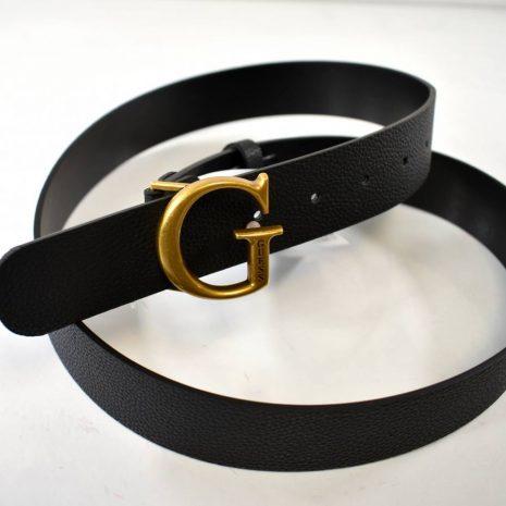 Štýlový opasok pre dámy od značky GUESS v čiernej farbe so zlatou prackou G