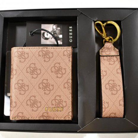 Darčekový set peňaženka kľúčenka GUESS hnedá