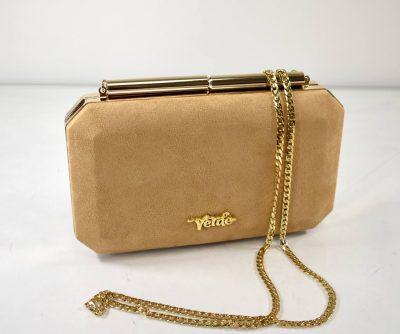 Krásna, elegantná dámska večerná kabelka v bledo hnedej/krémovej farbe so zlatým kovaním a retiazkou