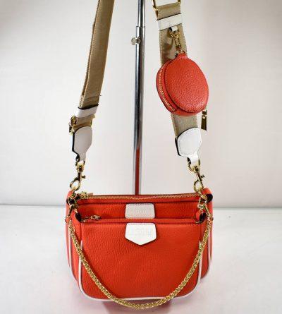 Športovo elegantná, štýlová kabelka ktorá sa skladá z dvoch malých kabeliek a kapsičky na drobnosti.