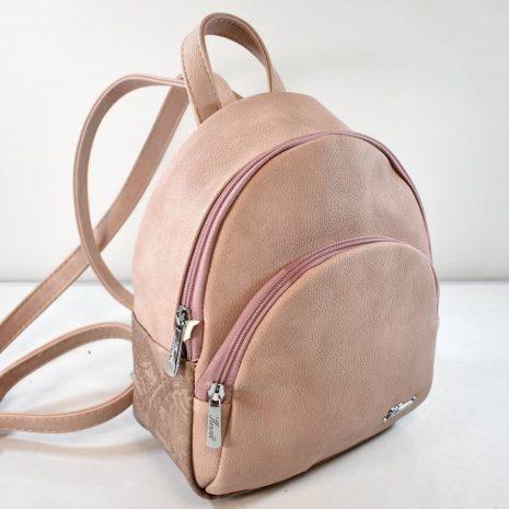 Dámsky športovo elegantný malý pudrový vak KAREN.  Praktický, štýlový menší ruksak pre dámy ale aj menšie slečny. Vhodný na rôzne akcie, výlety, ale aj na bežné nosenie do mesta na nákupy či kávu.