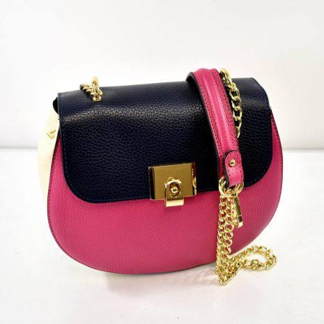 Elegantná, štýlová menšia kabelka kombinovaná s retiazkovými uškami.