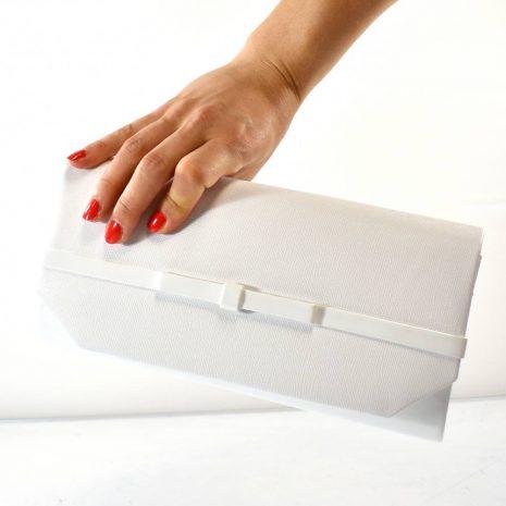 Svadobná kabelka aj na rôzne spoločenské akcie v oválnom tvare v bielej farbe.